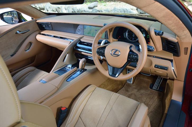 コックピットは、運転時の操作性のみならず、ドライビングの所作が美しく見えることを念頭にデザインされた。