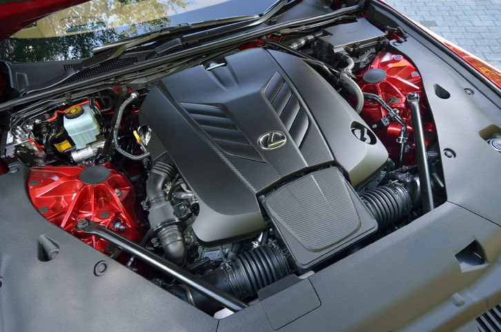 軽量かつ高剛性なチタン製の吸排気バルブや鍛造クランクシャフトが採用された、「LC500」の5リッターV8エンジン。最高出力477ps、最大トルク540Nmを発生する。