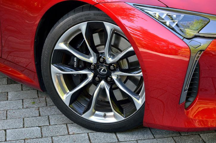 """「LC500""""Sパッケージ""""」には、鍛造の21インチアルミホイール(写真)が与えられる。タイヤはランフラットタイプの「ミシュラン・パイロットスーパースポーツZP」が装着されていた。"""