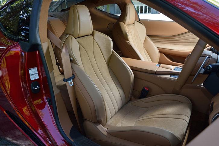 着座時のホールド性や圧力分散を追求したという前席。テスト車のアルカンターラスポーツシートでは、一段とホールド性を高める「表皮一体発泡工法」が採用されている。