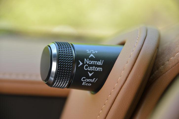 メーターバイザーの左側に備わる、ダイヤル式の走行モードセレクター。基本となるNormalにCustom/Eco/Comfort/Sport S/Sport S+を加えた、計6モードが選べる。