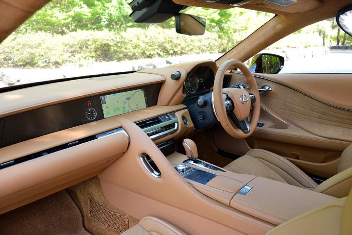 運転席とは対照的に、助手席側は視覚的な広がりを感じられる空間となっている。インテリアカラーは、写真の「オーカー」のほかに「ダークローズ」と「ブラック」が選択可能。