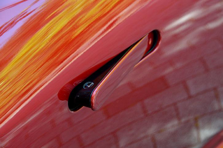 格納式のドアハンドル。走行時はドアパネルと均一な面を形成することで、空力性能の向上に貢献する。