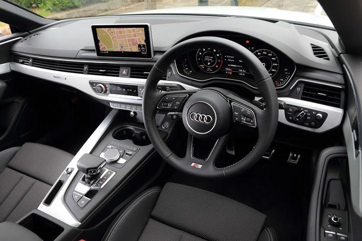 「A5クーペ」のインストゥルメントパネルまわり。装飾パネルには3種類のデザインが用意されており、オプションの「S lineパッケージ」装着車には、写真のマットブラッシュトアルミニウムのパネルが用いられる。