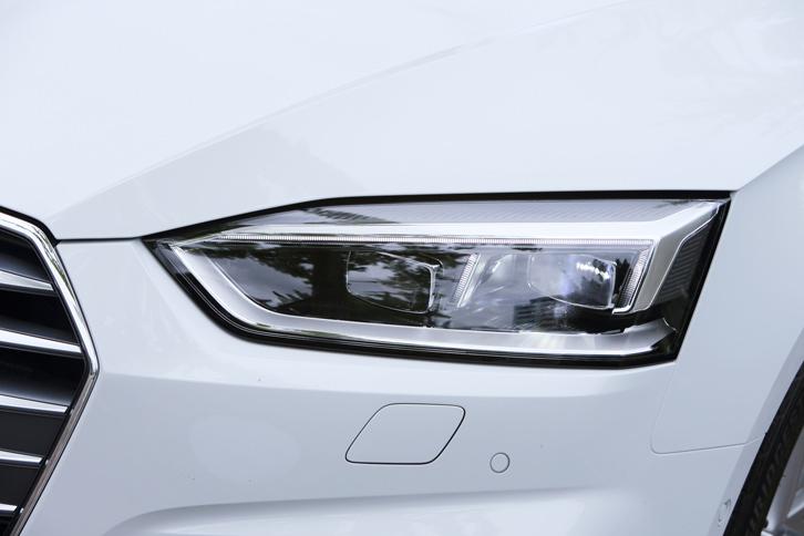 「S lineパッケージ」に含まれるマトリクスLEDヘッドランプ。18個のLED球を個別に制御することで、他車のドライバーを眩惑(げんわく)させることなく、広い照射範囲を実現している。