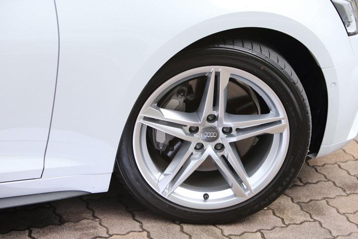 タイヤサイズは前後ともに245/40R18。「S lineパッケージ」装着車には、写真の5ツインスポークアルミホイールが装備される。