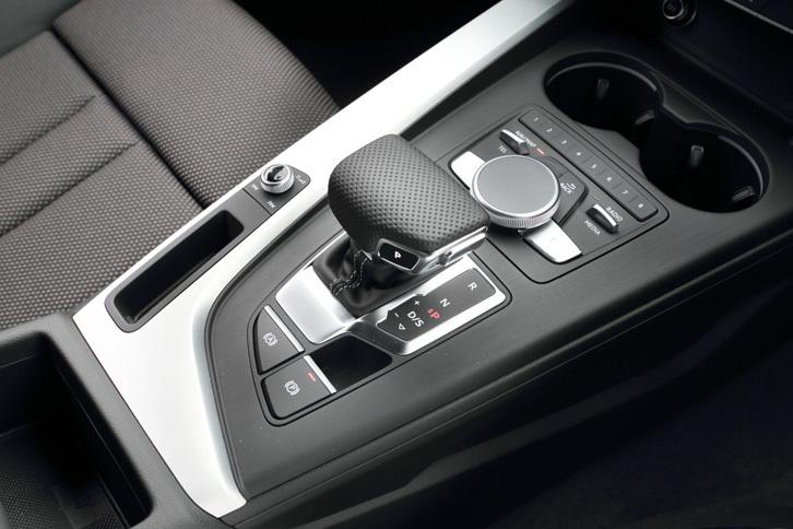 トランスミッションはデュアルクラッチ式ATの7段「Sトロニック」。高性能モデルの「S5」にはトルコン式の8段ATが搭載される。