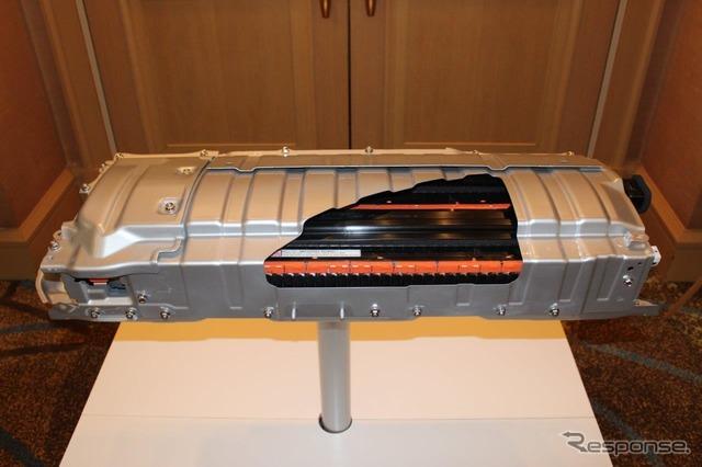 低重心化の1つが後席下へのバッテリー配置。リチウムイオンバッテリーを小型化できたため可能になった