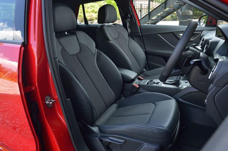 前席は、S lineのロゴが入ったクロス・レザーシート。限定車「Q2ファーストエディション」の特別装備に含まれる。