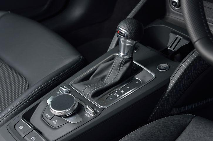 トランスミッションは、デュアルクラッチ式の7段AT「Sトロニック」。写真でシフトレバーの左下に見えるのは、インフォテインメントシステムの操作スイッチ。