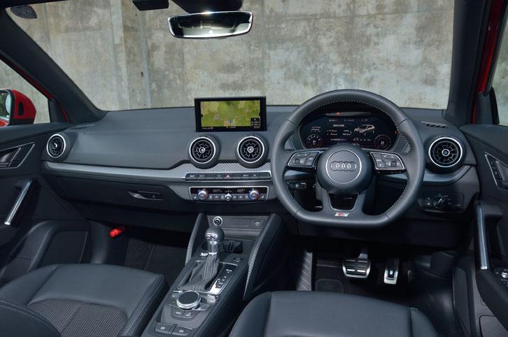 ブラック系のカラーで統一されたインテリア。「MMIナビゲーションシステム」装着車は、写真のように、ダッシュボード中央に8.3インチのディスプレイが備わる。