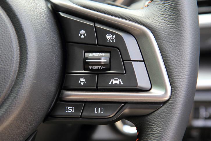 誕生当初はセンターコンソールのダイヤル式コントローラーで操作する方式だった、走行モード切り替え機構「SIドライブ」。現在はステアリングスイッチ(写真下部)で操作する方式となっており、また一部のスポーツモデルを除き、走行モードも「S」と「I」の2つに整理されている。