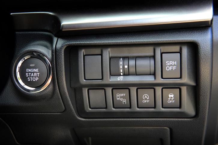 「XV」には「アイサイト」のほかにも、グレード別設定ないしメーカーオプションで、後側方警戒支援システムとハイビームアシストからなる「アドバンスドセイフティパッケージ」や、ステアリング連動ヘッドランプなどが用意されている。