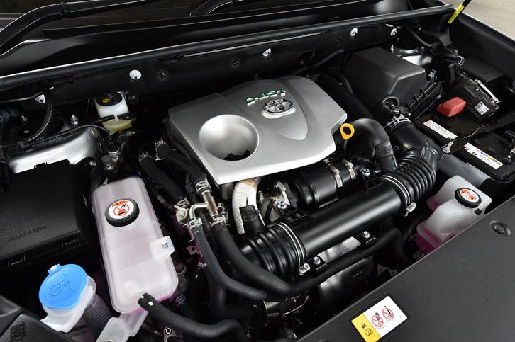 2リッター直4直噴ターボエンジンは最高出力231ps、最大トルク350Nmを発生する。JC08モードの燃費値は、4WDの場合で12.8km/リッター。
