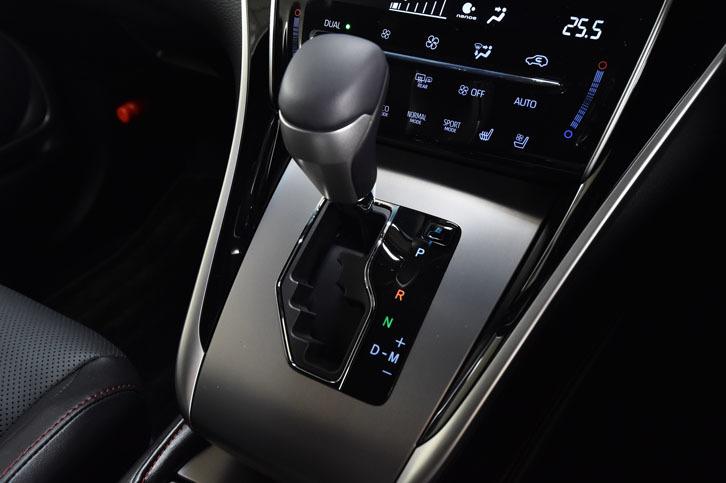 """ターボ車のトランスミッションは、6段AT。シフトレバー周辺のパネルは、「プログレス""""Metal and Leather Package""""」では、アルミヘアライン仕上げとなる。"""