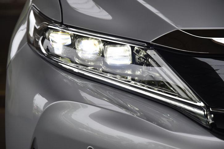 ヘッドランプは、3眼式の新デザインに。ターボ車のものは、ハイビーム、ロービームともにLEDが採用されている。