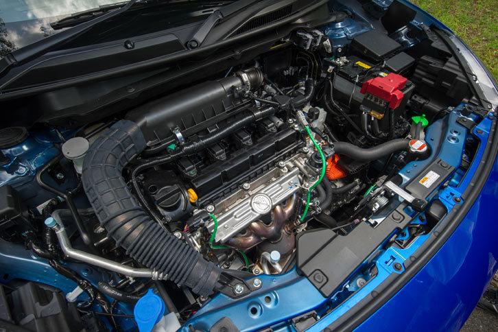 「スイフト」のフルハイブリッド車には、基本的に「ソリオ」と同じパワープラントが搭載される。エンジンは1.2リッター直4自然吸気で、小型の走行用モーターが発生する駆動トルクを、リダクションギアを介して増幅させて車軸に伝える。
