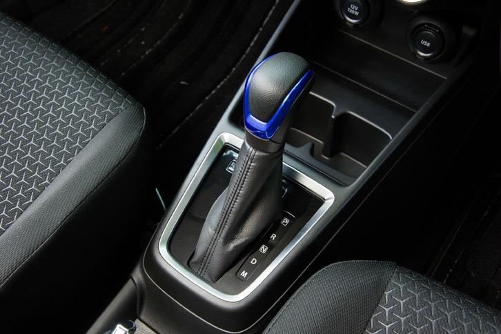 トランスミッションにシングルクラッチ式ATの「AGS」を採用している点も、スズキのハイブリッド機構の特徴。EV走行時にはAGSのクラッチによってエンジンとトランスミッションを切り離すことができる。