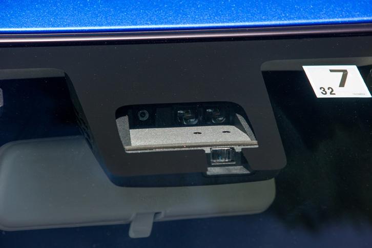 「ハイブリッドSL」には自動緊急ブレーキや誤発進抑制機能、車線逸脱警報機能などからなる「セーフティパッケージ」が標準装備される。写真は同システムのセンサーユニット。