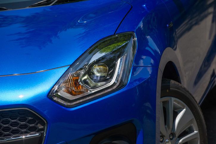 同じフルハイブリッド車でも「SL」と「SG」では装備が大きく異なり、上級グレードのSLにはオートレベリング機能付きのLEDヘッドランプやLEDウインカー付きドアミラー、16インチアルミホイールなどが装備される。
