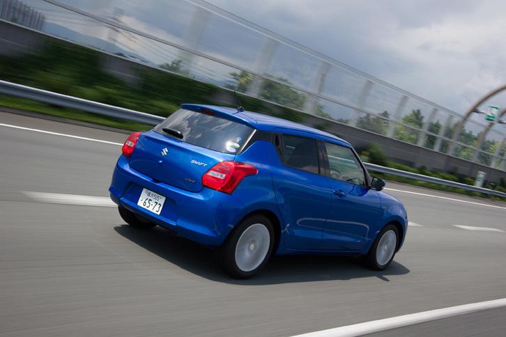 「ハイブリッドSL」の車両重量は960kg。似たような装備のマイルドハイブリッド車「ハイブリッドML」より60kg重くなっているが、それでも1t未満に抑えられている。