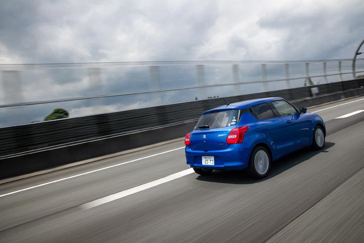 「スイフト」のフルハイブリッド車の燃費は、JC08モード計測で32.0km/リッター。マイルドハイブリッド車より約17%改善している。