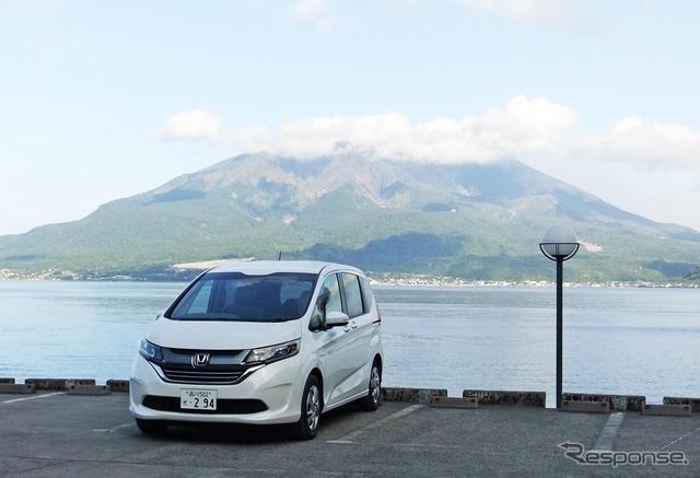 ホンダ フリード ハイブリッド G ホンダセンシング。桜島をバックに記念撮影。