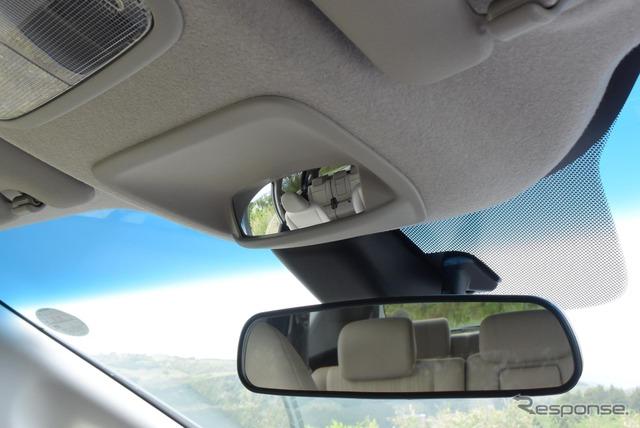 ルノー『カングー』のように通常のルームミラーに加え、凸面鏡の広角ミラーが備わる。