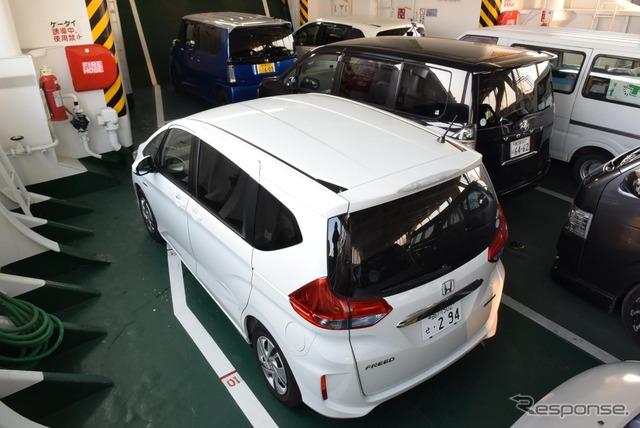 鹿児島と大隅半島の垂水を結ぶフェリーの車両デッキにて。