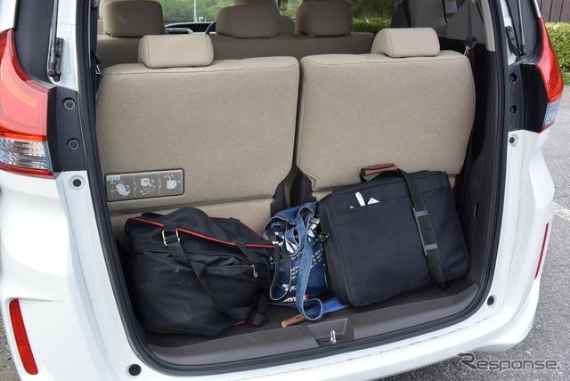 3列をフルに使うと荷物はほとんど載らない。
