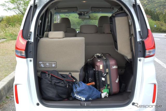 3列目シートを跳ね上げると荷室空間は豊かに。