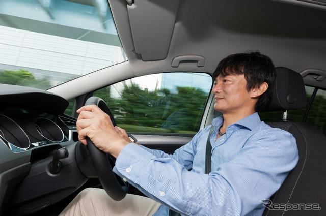 VW ゴルフトゥーランを運転する岡本幸一郎氏