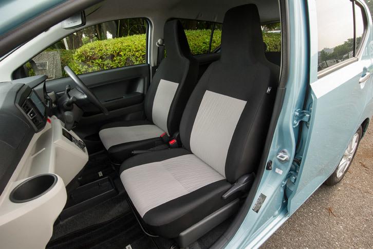 """新型「ミラ イース」の全車に装備されるツートンカラーのシート。運転席にシートリフターやチルトステアリングが備わるのは、最上級グレード「G""""SA III""""」のみとなる。"""