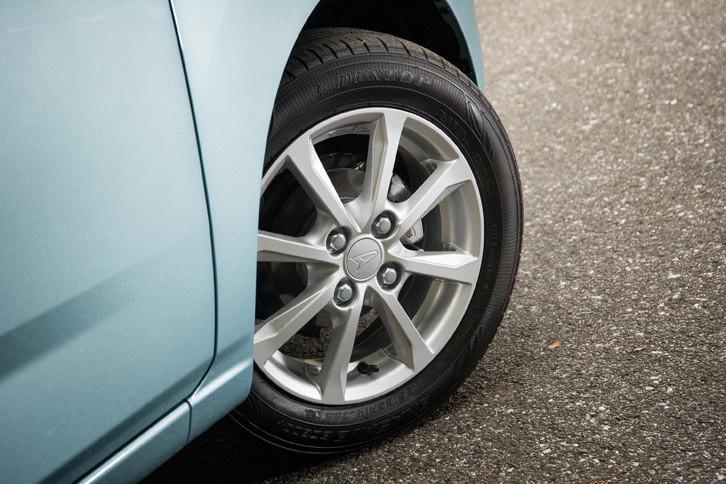 """「ミラ イース」のタイヤサイズは上級グレードの「G""""SA III""""」「X""""SA III""""」が155/65R14。その他のグレードが155/70R13となる。"""