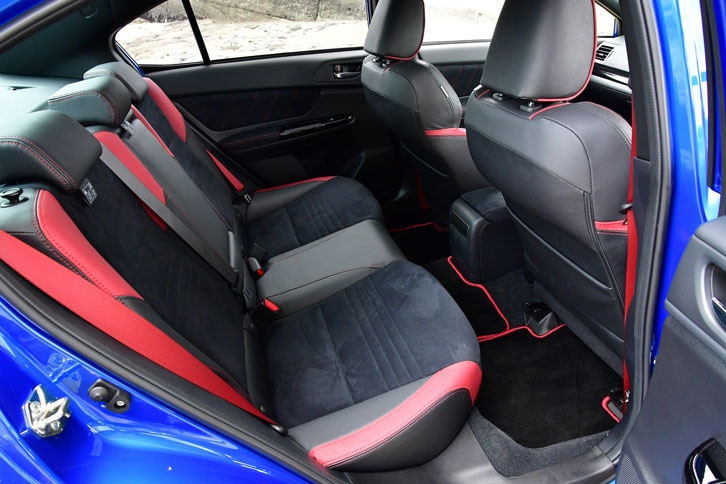 フロントシートと同様に、リアシートにも赤いアクセントと赤いステッチが施されている。シートベルトも赤が標準。
