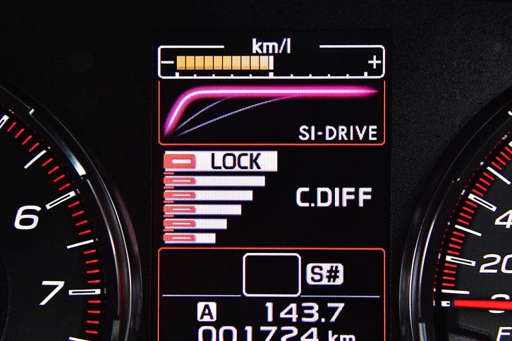 マルチモードDCCDにはマニュアルモードも用意されており、ロックからフリーまで6段階で設定できる。設定状況はメーターの中央部にバーで表示される。