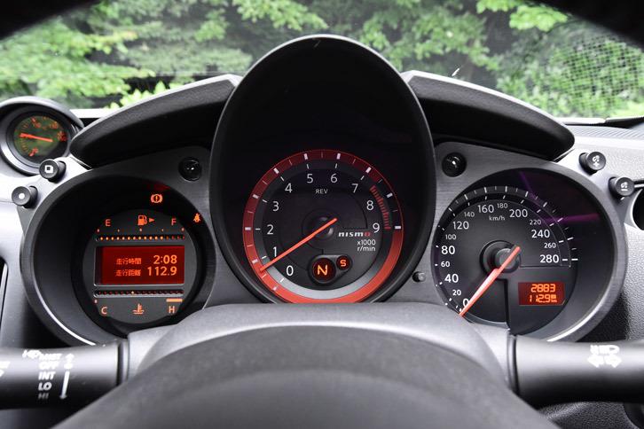 エンジン回転計の赤いリングと「nismo」のロゴが目を引く専用メーター。速度計は280km/hスケールとなっている。