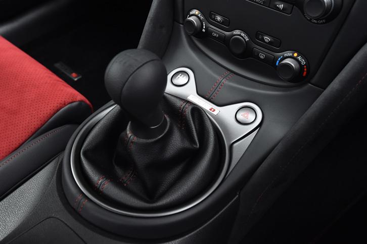 トランスミッションは6段MTと7段トルコン式ATの2種類。前者には変速時に自動でエンジンの回転数を合わせてくれるレブマッチング機能が搭載される。