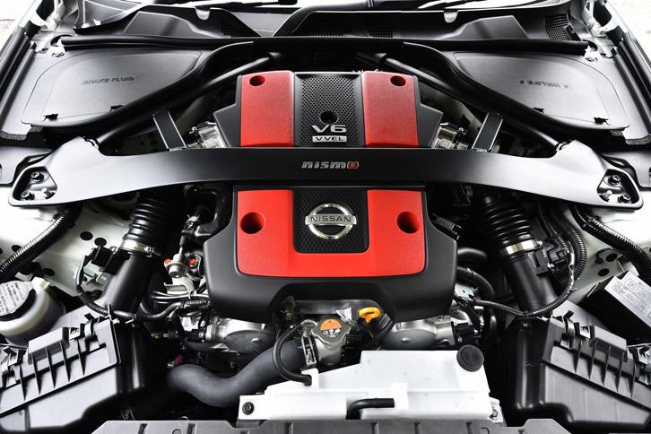エンジンについては排気系をチューニングするとともに、専用のECUを採用。最高出力を355psに高めるとともに、高回転域まで途切れることなく伸びるエンジンフィールを実現している。
