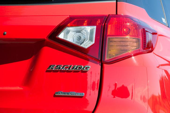 テールゲートを飾る「ESCUDE」と、「ALLGRIP」のバッジ。「1.4ターボ」という名称を持つ新グレードだが、同車専用のバッジやエンブレムなどはない。