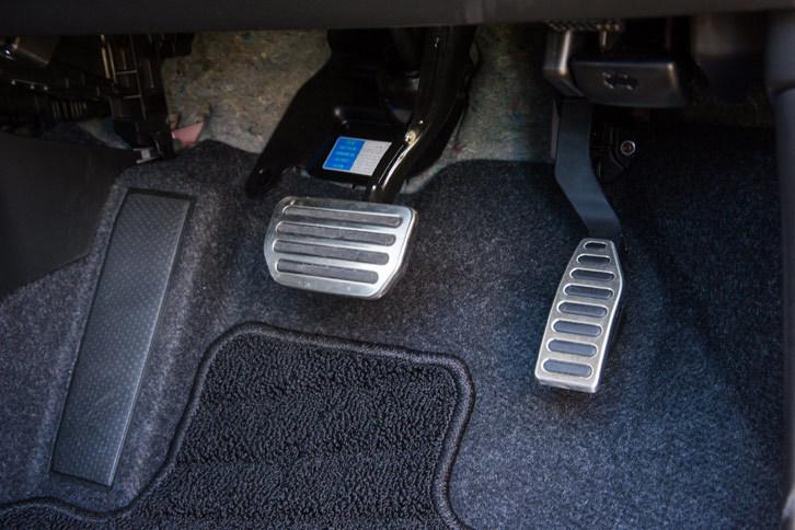 インテリアでは、ステンレス製のペダルプレートも1.6リッターモデルにはない「1.4ターボ」の特徴となっている。
