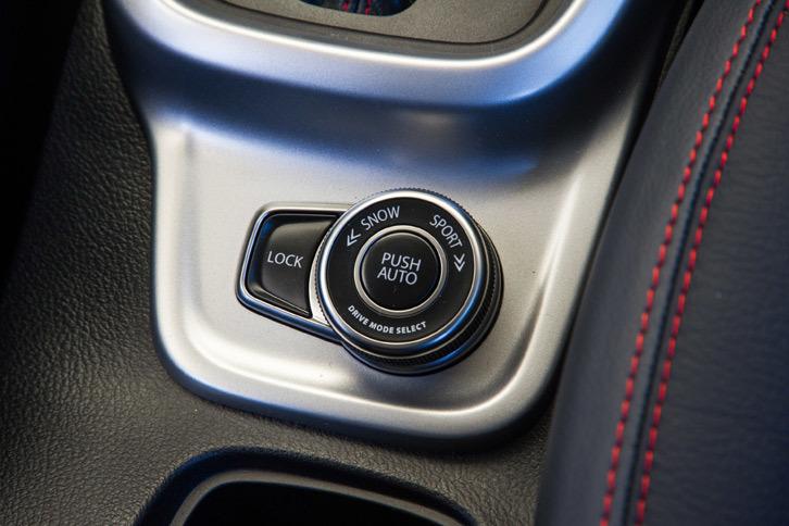センターコンソールに備わる走行モード切り替え機構のコントローラー。ダイヤルと押しボタンの組み合わせにより、慣れれば容易にブラインド操作ができるようになっている。
