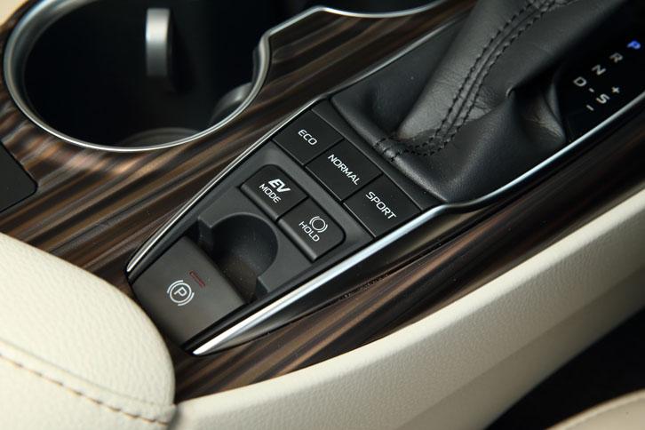 シフトレバーの手前には、走行モードのセレクトボタンや電動パーキングブレーキのスイッチが並ぶ。
