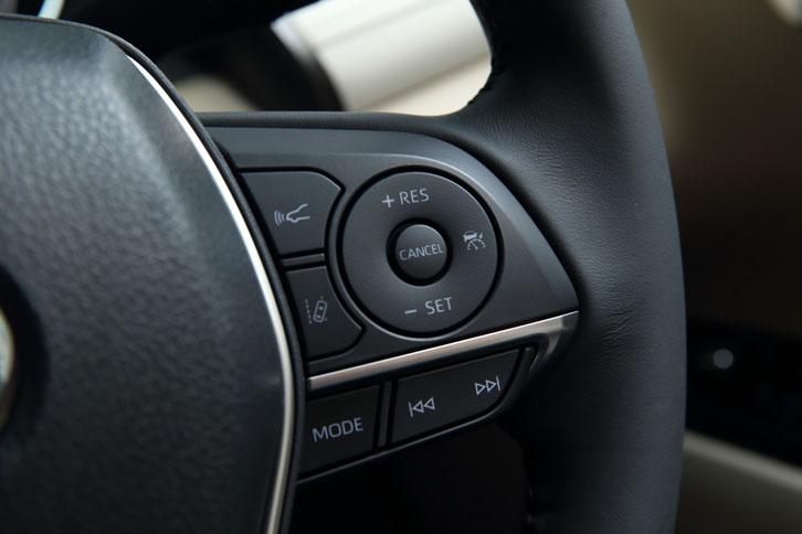 ステアリングホイールの右側スポーク部(写真)には、レーダークルーズコントロールのスイッチが配される。