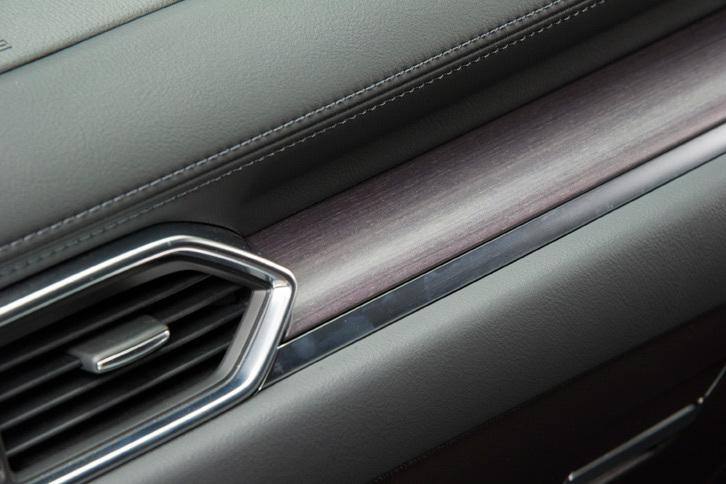 デザインに加え、素材に対するこだわりも「CX-8」の静的質感を支えるポイント。ダッシュボードには本物の木目素材を用いている。