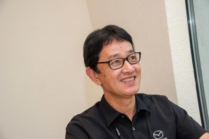 マツダの、運転支援システムをオプションではなく標準装備で提供することに対するこだわりを説明する松岡さん。