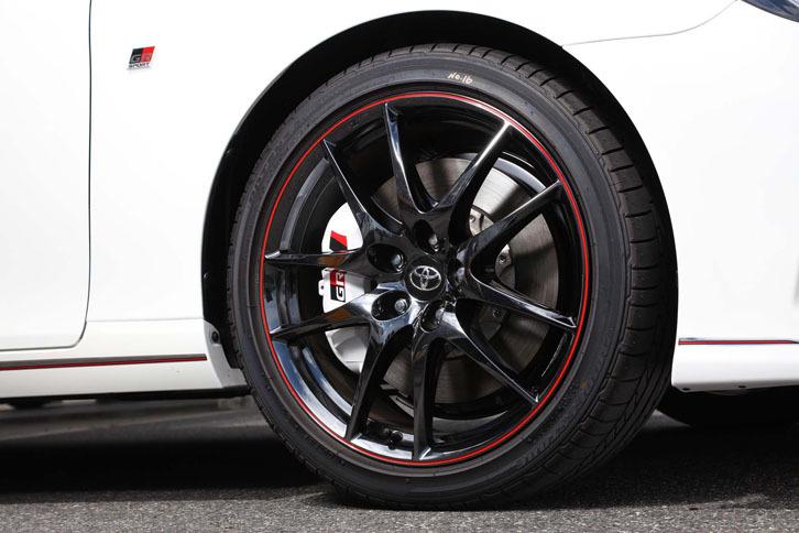 """ブラック塗装が施された、「マークX 350RDS""""GRスポーツ""""」の19インチアルミホイール。"""