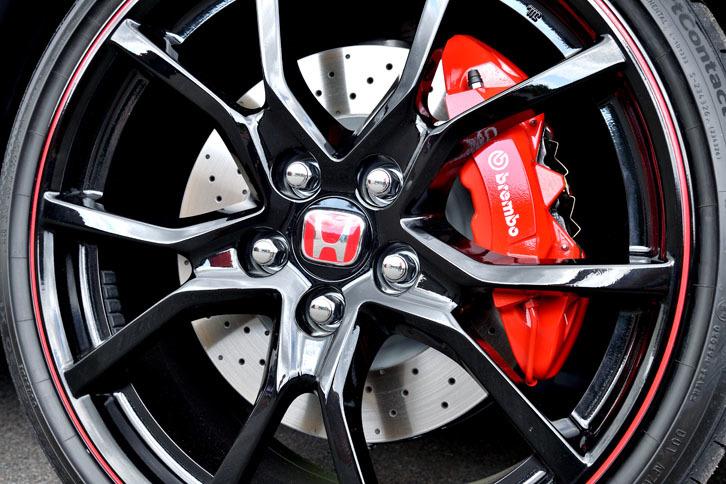 フロントブレーキには、ブレンボ製のモノブロック4ピストンキャリパーと、同社製のドリルド&ピラーフィン・ディスクを採用している。