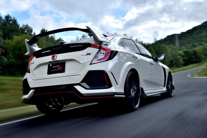新型には、4輪のブレーキを独立制御して車両の挙動をコントロールする「アジャイルハンドリングアシスト」が採用されている。コーナーの立ち上がりでは内輪のスリップ量を抑えて、LSDの作用を助ける制御が入る。