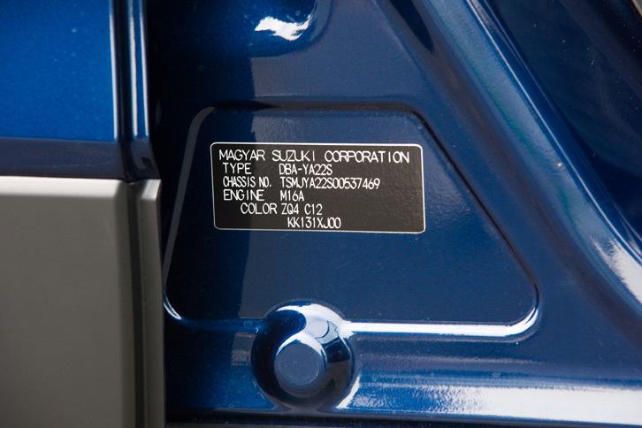 コーションプレートに書かれた「MAGYAR SUZUKI CORPORATION」という文字に注目。「SX4 Sクロス」の生産はハンガリーで行われている。